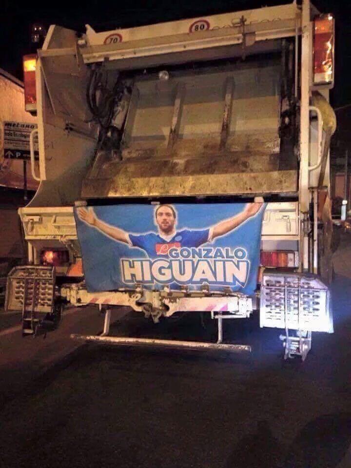 Higuain in una camion della spazzatura a Napoli