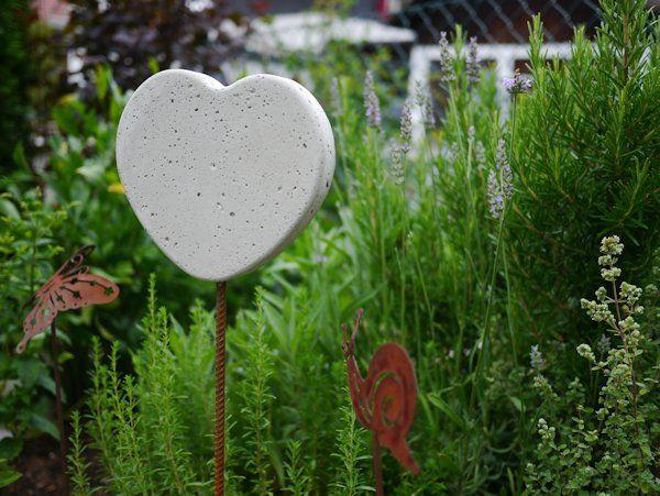 Hier noch eine Idee für eine Sommerdeko aus Beton für den Garten. Ein Herz- und Blumenstecker aus Beton ganz einfach zum selber basteln. Basteln mit Beton.