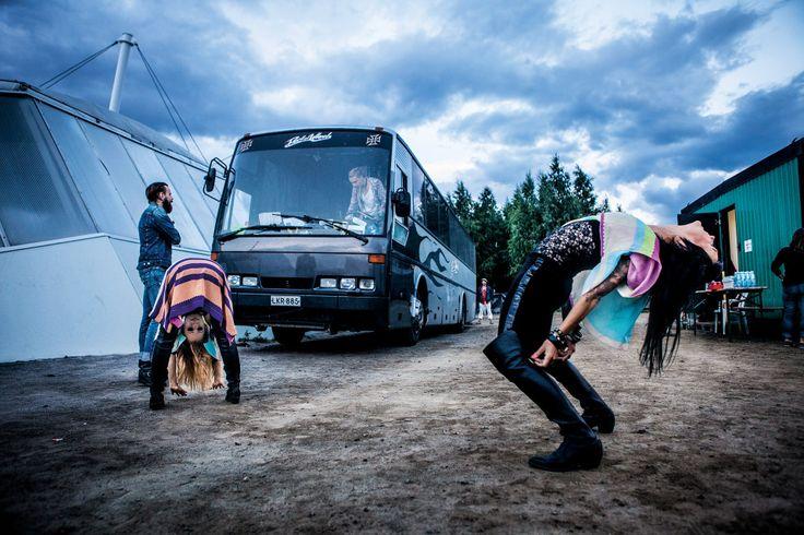 Paula Vesala ja Mira Luoti venyttelevät ennen keikkaa Joensuun Ilosaarirockissa. Bussin luona kitaristi Mikko Virta, bussissa rumpali Heikki Kytölä.