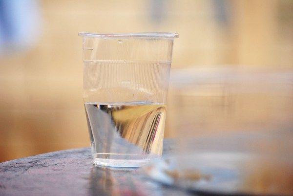 Pokud je sklenice znečištěná, má rozmazané barvy nebo je zelená, je zapotřebí vyčistit místnost od negativní energie. Zbavte se obsahu sklenice a vylijte všechnu vodu do toalety a několikrát spláchněte. Umyjte důkladně sklenici a opakujte postup v další místnosti. Podle potřeby můžete čistit místnosti několik dní po sobě, dokud nezbavíte dům negativních energií.