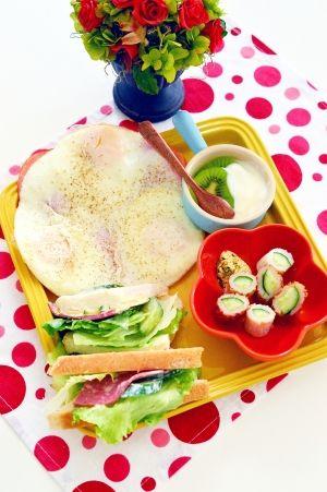 「ハムと☆たっぷりレタスのサンドウィチ」レタスをWで挟んだ、野菜たっぷりのボリューム満点のサンドウィッチです。サラミハムとチーズ、きゅうりを中身に入れて、これだけでお腹いっぱいになりました。【楽天レシピ】