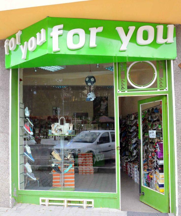For You Shoes Busteni este un magazin ce ofera o gama moderna si variata de incaltaminte barbateasca si de dama. Pantofi confortabili, la moda, pentru toate varstele si gusturile, cu un raport corect calitate/pret.