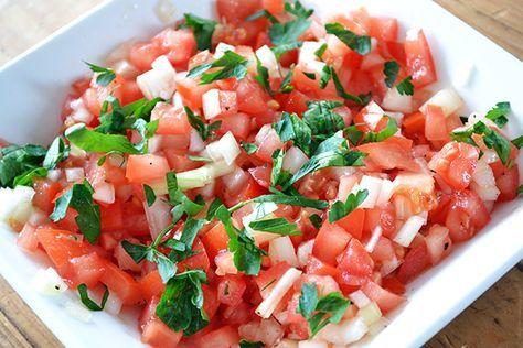 Tomatensalsa: 3 tomaten, 1 rode ui, peterseilie, koriander, peper, zout en olijfolie. Heel fijn gesneden.