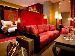 Elementos de comfort. Sillón oriental. Amplio sillón de color rojo apagado y tela de seda, muy típica en el medio oriente.