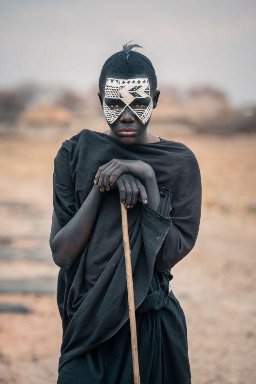 Vlad Cioplea es un fotógrafo de Rumania que se aventuró a Tanzania. África para fotografiar a las Tribus Massai, Bushmen y Datoga. Se quedó veinte días ahí durmió en la sabana rodeado de animales s…