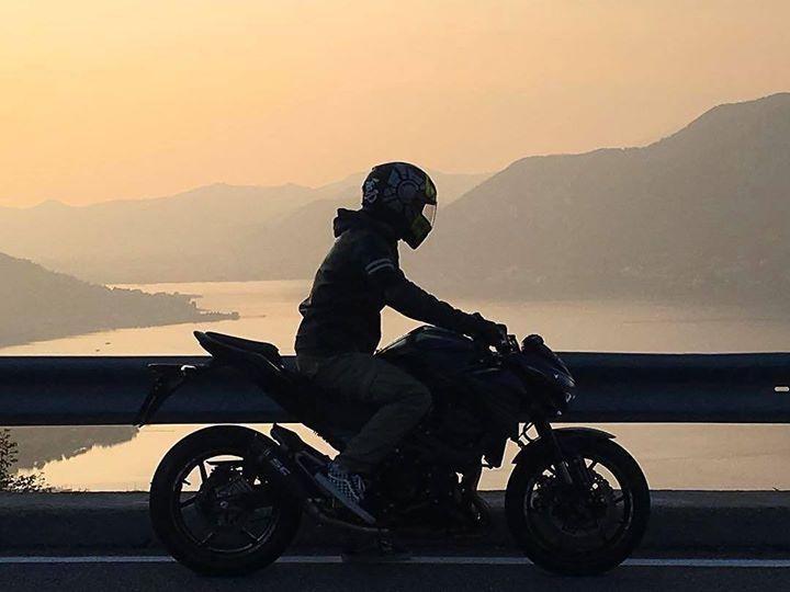 """Un """"must"""" per i #motociclisti è il giro del #lagodiseo. Ora che si apre la stagione questa è una gita da programmare per dare sfogo alle proprie passioni. Forse non sai che #GiacomoAgostini è nato proprio qui! Scopri il percorso e cosa vedere nell'articolo del nostro blog: http://ift.tt/2mJcdZE  Foto: @daniele_gavazzi  #visitlakeiseo #theromanticchoice #inlombardia #ilpassaporto #italiait #ilikeitaly #italianvillages #borgoviaggioitalia #borgoviaggioitaliano #beniculturali30 #moto…"""