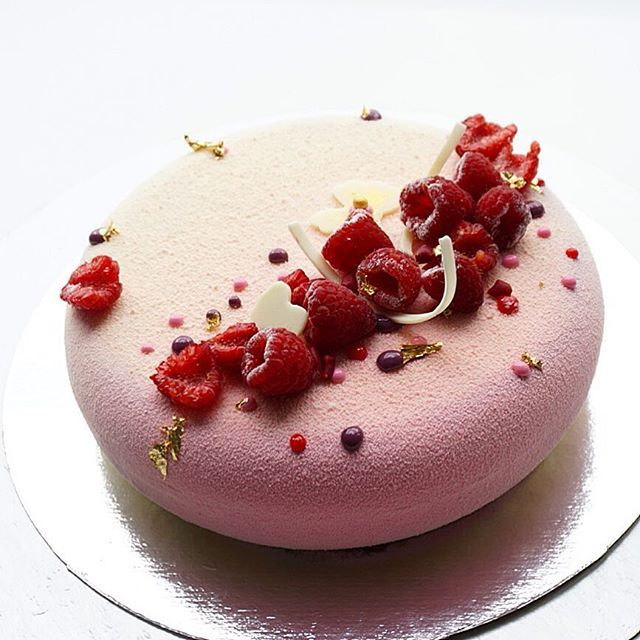 Малинки-малинки. Внутри воздушный бисквит с ягодами, хрустящий малиновый слой…