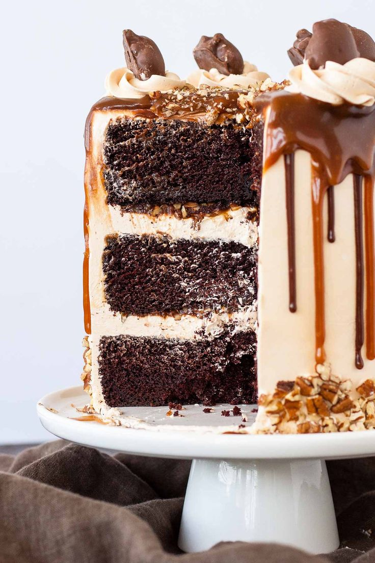 Transform your favorite candy into this Turtles Layer Cake! Layers of rich chocolate cake, caramel buttercream, caramel sauce, and chopped pecans. | livforcake.com