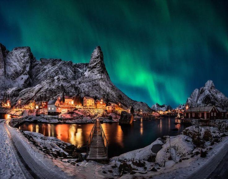 Ο φωτογράφος Javier de la Torre πήρε τη κάμερα του και ανέβηκε στα βουνά που περιτρυγυρίζουν το γραφικό χωριουδάκι της Νορβηγίας και έφερε πίσω μαγικές φωτογραφίες με το βόρειο σέλας να μετατρέπει τον ουρανό σε υπερθέαμα.