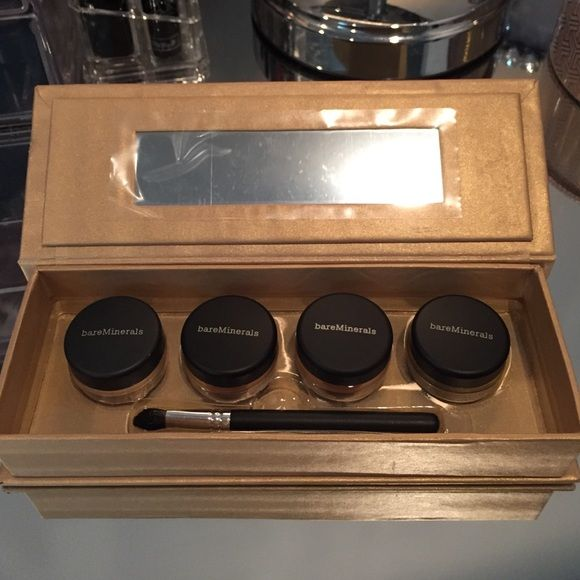 ✨Possible trade ✨Bare Minerals Set Loose Shadows Brand new Bare Minerals limited edition shadow compact with mirror and brush. Not in stores or site bareMinerals Makeup Eyeshadow