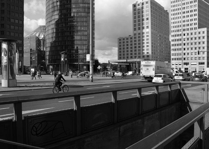 2013:  Während das gläserne Sony Center (links) im Stil internationaler...