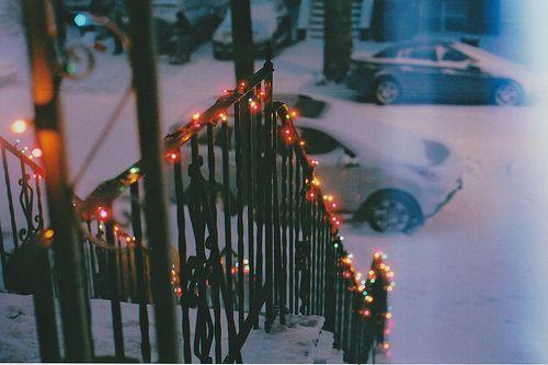 Mentre fuori la neve scende, le luci del Natale la fanno sembrare ancora più bella di quella che è. Un abbraccio lungo una notte.