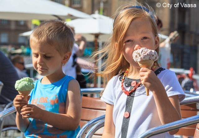 Children eating ice cream @ Vaasa Market Square. www.visitvaasa.fi Photographer: Ann-Britt Pada