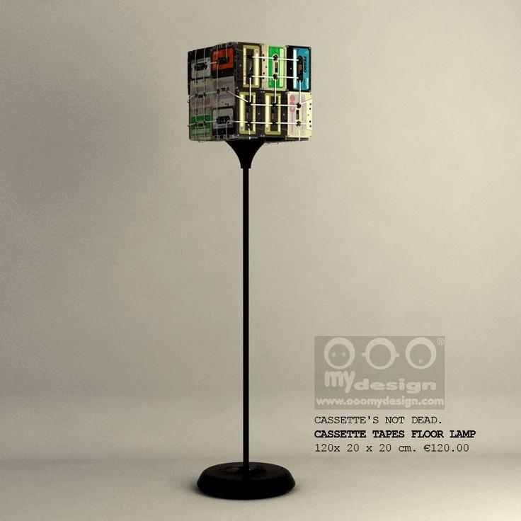Lámpara de pie hecha con cintas de cassette viejas.