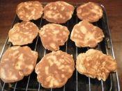 楽天が運営する楽天レシピ。ユーザーさんが投稿した「フライパンで★ピーナッツせんべい」のレシピページです。弱火でじっくりしっかり焼くとおいしいです。。ピーナッツせんべい。卵,砂糖,牛乳,薄力粉,塩,ピーナッツ