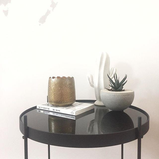 Z👀M sur ces petits objets que j'aime tant • Cactus @bloomingville_interiors , succulente dans son petit pot en béton DIY, photophore en laiton ajouré de chez @casahome_ et table en métal et verre @alterego_design_official 🖤 Un joli mélange de matières ! Je vous le répète souvent sur le blog, mais mixer les matériaux c'est une des règles de base pour harmoniser et rendre chaleureux une déco 🤗 Et vous, vous les accumulez où vos petits trésors déco? Belle journée!