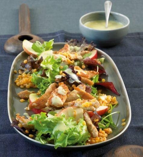 Salat mit Putenstreifen und roten Linsen: Dieser Salat macht uns satt und sieht grandios aus.