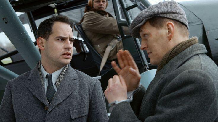 """Mein bester Feind · Trailer - """"Min Bedste Fjende"""" er en østrigsk-Luxembourg film om barndomsvennerne Victor Kaufmann (Moritz Bleibtreu) og Rudi Smekal (Georg Friedrich), der under Anden Verdenskrig må skilles. Viktor har en jødisk baggrund, der tvinger ham i koncentrationslejr.   Rudi begynder en karriere som SS officer og begynder også at se lidt til Lena (Ursula Strauss), Viktors tidligere forlovede. Ved et tilfælde krydses deres veje igen og ved gensynet skal Rudi tage en afgørende…"""
