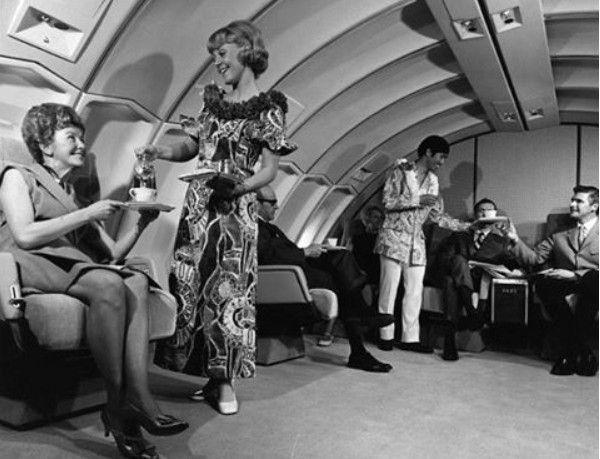 Voar de avião nas décadas de 60 e 70 significava ser servido por cerca de 15 comissários de bordo um banquete completo com direito à taças de cristal. Quer conferir todos os detalhes das aeronaves desse período? Veja o artigo no blog  http://ift.tt/1IJoGoo.