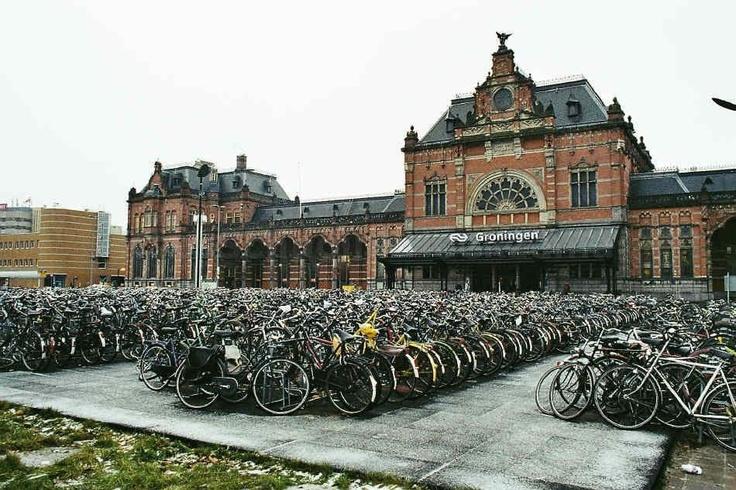 Station met de fietsenstalling ervoor