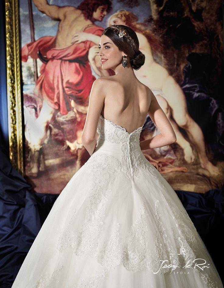 Regale abito da sposa con gonna ampia di tulle. Bordi di pizzo definiscono il corpino a cuore e i vari strati della gonnaColoriPanna Chiaro