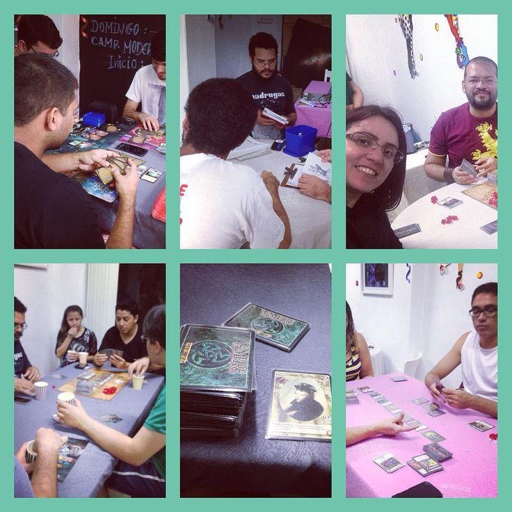 Fotos do segundo dia do Carnameeple! Ontem teve draft de Magic teve mesa de Rpg com aventura de Old Dragon e várias outras mesas... #DeliDaPersy #boardgame #cardgames #magic #ascension #rpg #vampire