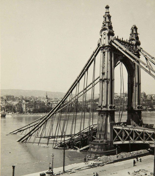 The original Elisabeth bridge, Budapest as it looked at the end of the war. It was rebuilt on the same spot in 1964.