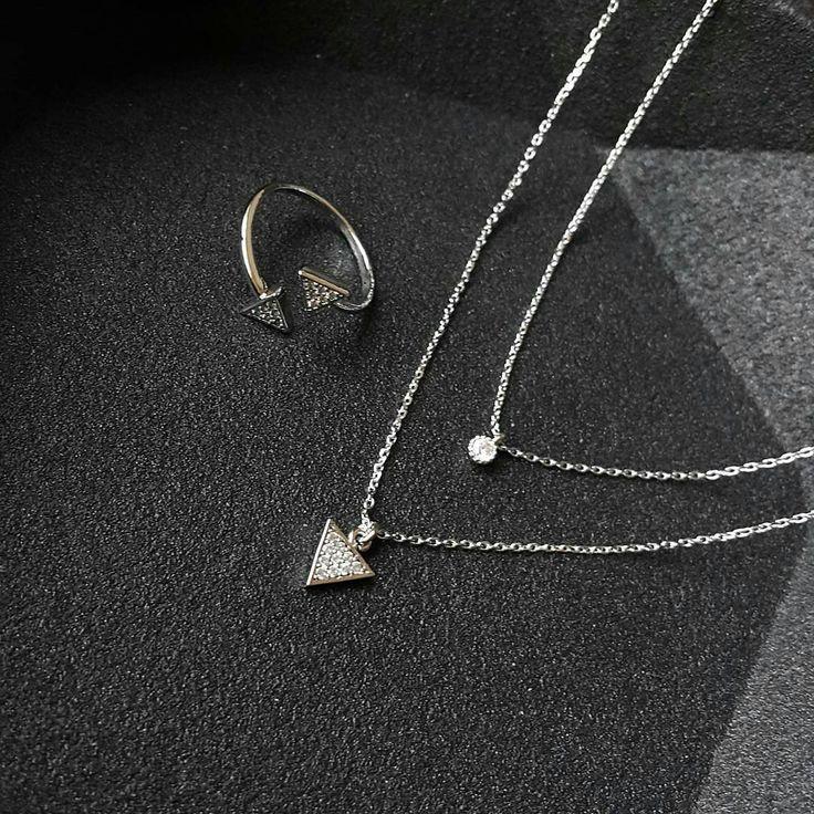 Retrouvez cet ensemble sur Luna Pyxis  Get your cubic triangle jewelry set on Luna Pyxis!  #lunapyxis #fblogger #bijoux #colliers #necklace