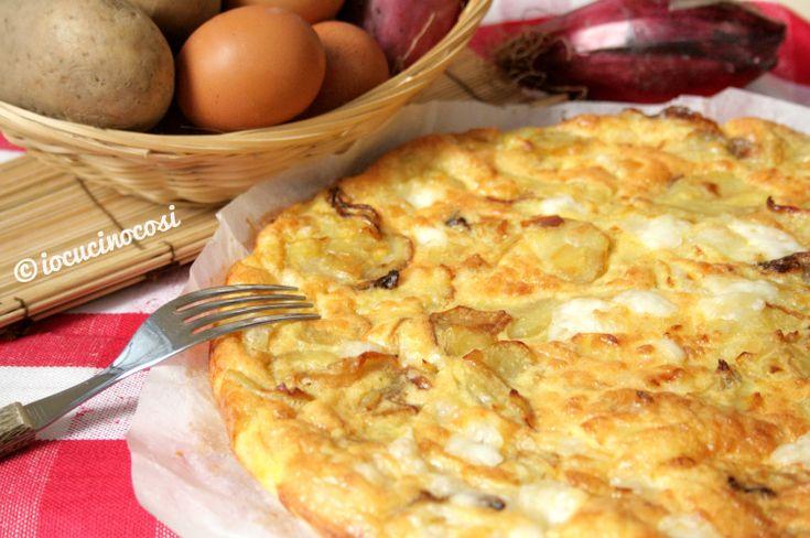 La frittata di patate e cipolle al forno è un saporito piatto a base di uova cotto al forno e farcito con patate, cipolle rosse e formaggio.