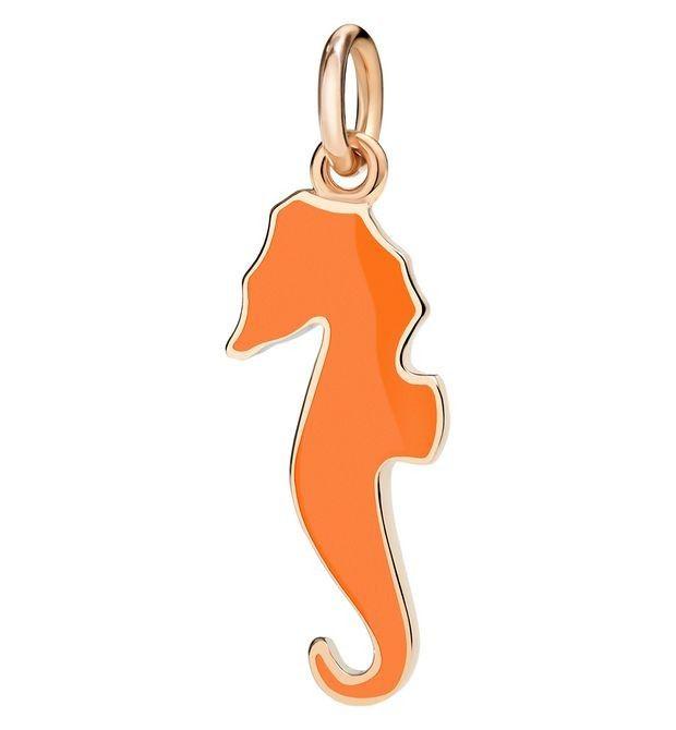 Ciondolo a forma di cavalluccio marino arancione firmato da Dodo. Un accessorio indispensabile per la tua estate!  #charm #charms #ciondolo #ciondoli #estate #summer #moda #donna #dodo #spiaggia #accessori #animali #cavallucciomarino