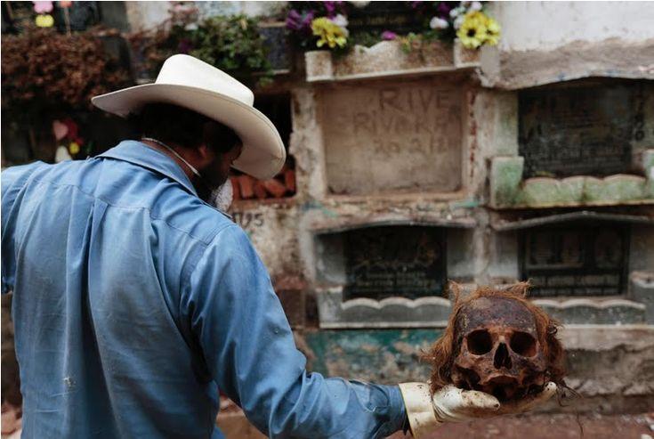 Post: Limpiadores de tumbas. Guatemala.