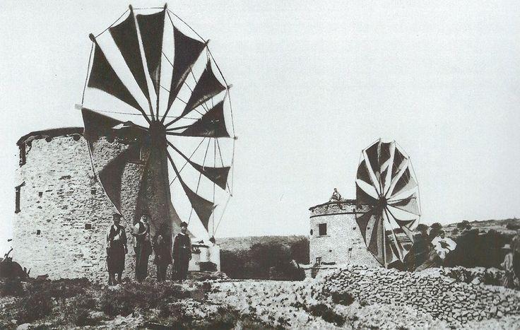 ανεμόμυλοι με τις φτερωτές οε πλήρη ανάπτυξη στους Μυτιληνιούς (1914). Windmill of Samos in 1914.