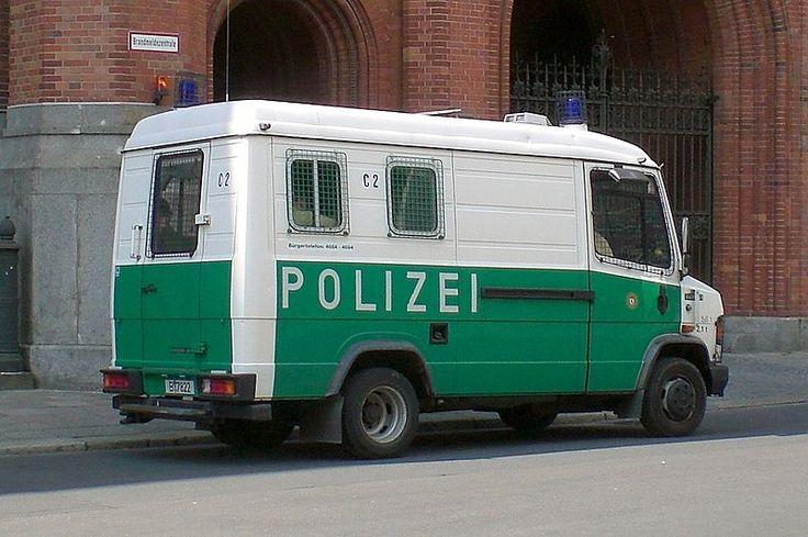 """Der T2 als Nachfolger der legendären """"Wanne"""" bei der Berliner Polizei. Alter Mercedes Benz 508d Polizeibus. Die Original Wanne. Düdo Berlin. Oldtimer."""