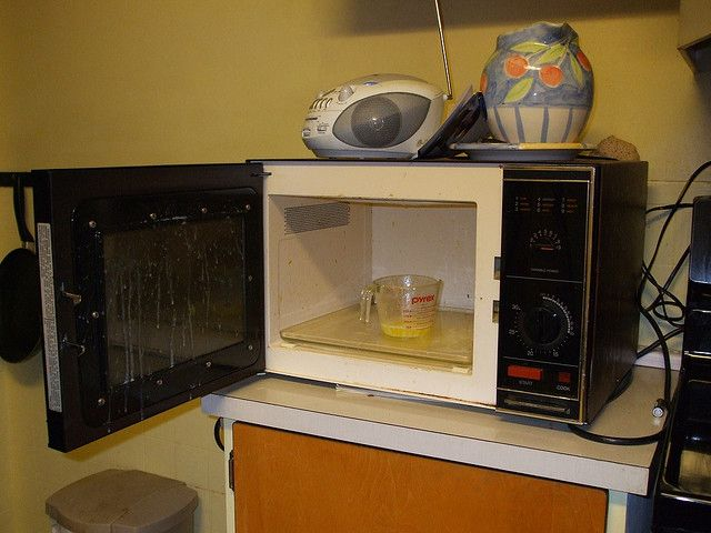 >Лимонно-паровая баня для микроволновой печи: Не нужно соскребать грязь со стенок устройства, просто поставьте туда на 5 минут чашку с водой и соком лимона, и наблюдайте, как отпариваются присохшие субстанции. >Апельсиновая цедра может помочь очистить микроволновую печь от жирных пятен. Для этого в чашку с водой нужно положить шкурки апельсина и включить микроволновку. При испарении эфирные вещества цедры взаимодействуют с испачканной поверхностью печки. Через несколько минут просто протрите…