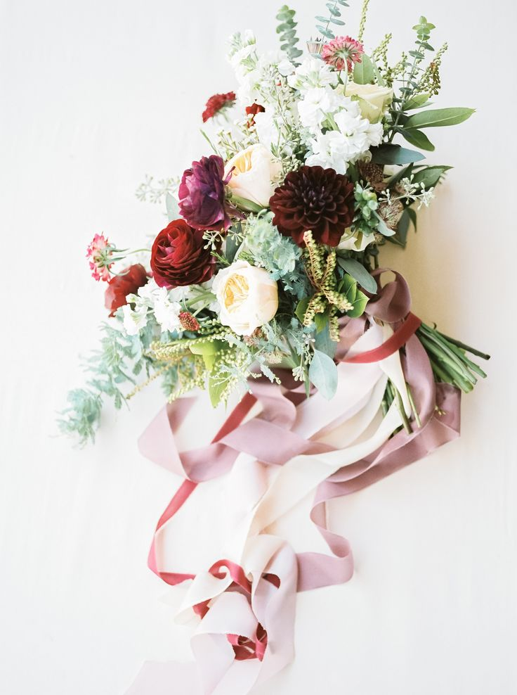 Dreamy bouquet and loose ribbons