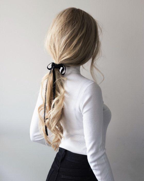 Para ser honesta, peinar el cabello es más difícil de lo que crees, especialmente cuando ya se te agotaron las ideas, no tienes tiempo para hacer algo más elaborado y plancharlo o rizarlo lo daña demasiado. ¿La solución? Las coletas de caballo. Existen muchas formas de peinarte con una cola de ca