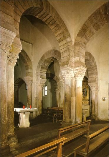 La Iglesia Mozárabe de Santa María de Lebeña, siglo X (924). Detalle de las pilastras compuestas, con columas adosadas, de capiteles corintios.