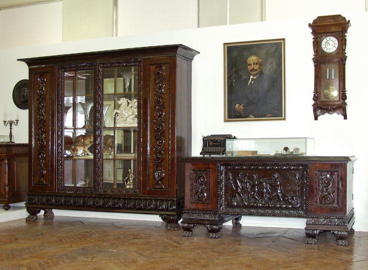 Ózdi gyári igazgatói iroda bútorai és használati tárgyai a két világháború közötti időszakból.