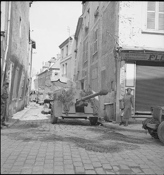 Un canon anti-char QF 17 remorqué dans une rue de Vernon le 27 août 1944. (Hewitt (Sgt) No 5 Army Film & Photographic Unit / BU 202 Imperial War Museum)