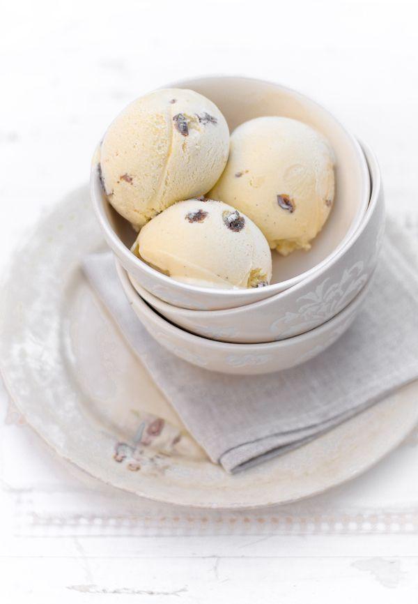 gelato malaga-Latte 220g-Panna 250g-Tuorlo 5 Zucchero 125g-Neutro 1 cucchiaino-Vaniglia 1 bacca-Uva sultanina 2 cucchiai-Rum scuro 5 cucchiai-Brandy-Sale un pizzico