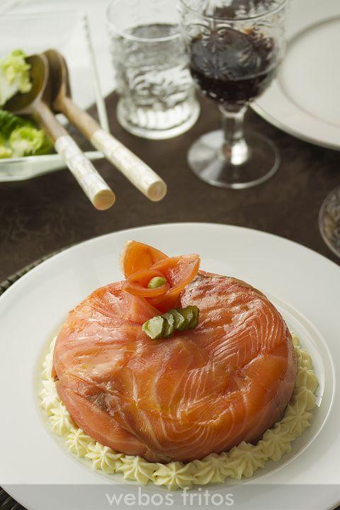 Tarta de merluza y salmón con ensaladilla.