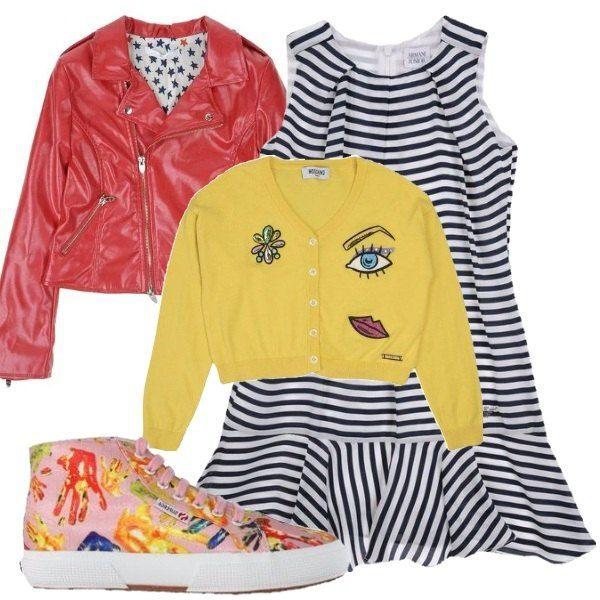 Outfit composto da vestito in tela a righe, cardigan giallo con applicazioni, biker rosso in ecopelle, collo con revers e zip e sneakers a fantasia multicolore.