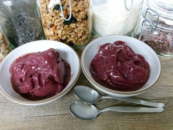 Homemade Acai Bowls! These are SO good for breakfast or snack, and are incredibly healthy. Antioxidants ftw(: