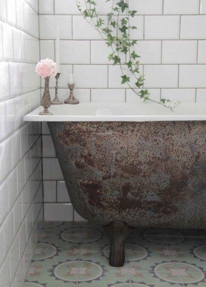 ambiance raffine et rtro dans la salle de bains avec carrelage metro biseaut - Carrelage Salle De Bain Vintage