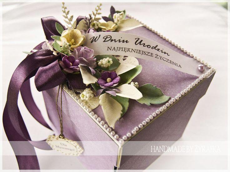 Czas nadrobić zaległości :)   Dzisiaj fioletowe pudełeczko - exploding box z okazji urodzin.              Pozdrawiam   Żyrafka