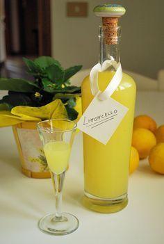 La ricetta è quella originale di Amalfi:4 limoni a buccia grossa-1/2 lt di alcool alimentare-1/2 lt acqua-400 gr zucchero.mettere le scorze in un barattolo con l'alcool, chiudete e mettetelo a riposare al buio per 12 giorni. Trascorso il tempo previsto fare uno sciroppo facendo bollire 1/2 lt d'acqua con lo zucchero, lasciarlo intiepidire,poi unirlo all'alcool che avrete filtrato per eliminare le scorze. Travasate il liquore così ottenuto in bottiglia e servite freddo.