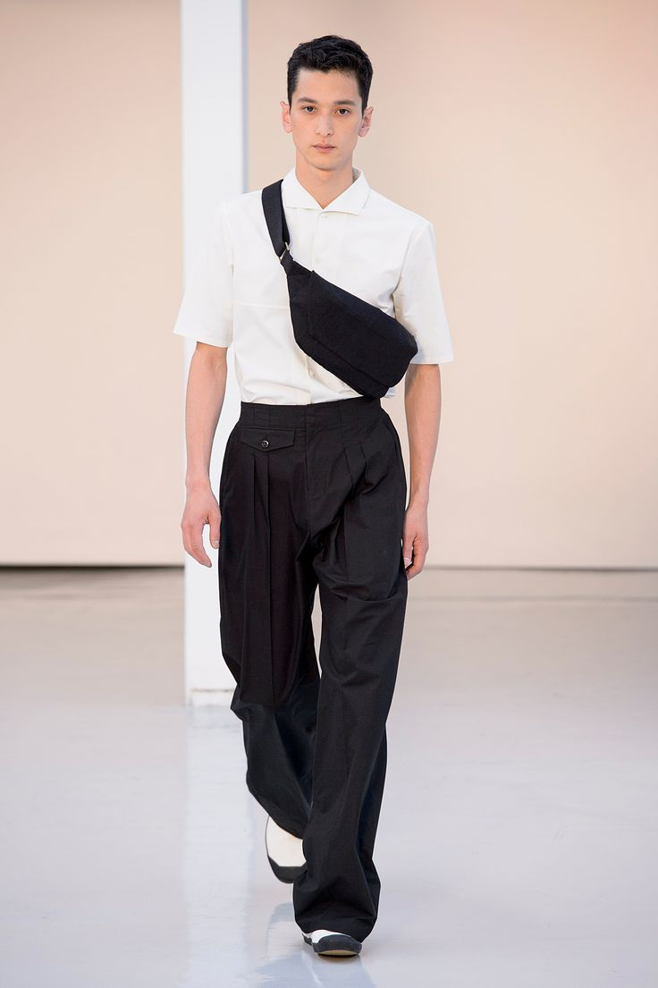 26. Short sleeve spread collar shirt in long cotton-linen twill, two-pleated large pants in heavy  cotton poplin, bum bag and high cut sneakers in cotton denim #lemaire