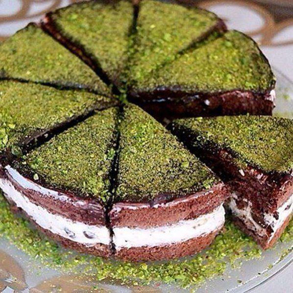En güzel mutfak paylaşımları için kanalımıza abone olunuz. http://www.kadinika.com Kremalı Çikolatalı Pasta  tarif sahibi @nefisyemeksunumlari 'na teşekkürler   Malzemeler; Pandispanyası için; 4 adet yumurta  4 fincan şeker  4 fincan un  1 fincan kakao  1 fincan su (Arzu ederseniz hazır kakaolu pasta tabanıda kullanabilirsiniz)  Yumurta beyazlarını içinde hiç sarı kalmayacak şekilde ayırın. 2 adet çırpma kabı alın birine yumurta beyazı birine sarısını koyun. Her birine ikişer fincan şeker…