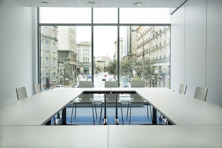Nowoczesna sala konferencyjna w samym centrum Warszawy o łącznej powierzchni ok. 50 m2, która mieści się w nowoczesnym budynku z oszkloną fasadą. Sala jest wyposażona w niezależny system klimatyzacji, bezprzewodowy dostęp do Internetu oraz sprzęt niezbędny do przeprowadzenia szkoleń lub konferencji (np. projektor, flipchart). W cenie wynajmu mają Państwo również do dyspozycji profesjonalną obsługę sekretarską. W sali znajduje się przesuwana ściana, dzięki której możemy podzielić ją na dwie…