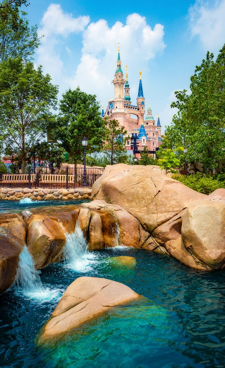 Our Shanghai Disneyland ride guide reviews every attraction in Disney's newest theme park, with tips for doing everything efficiently, and our numerical sc